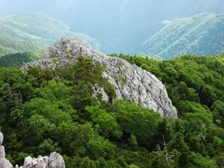 光岳小屋からみた光岩(てかりいわ)