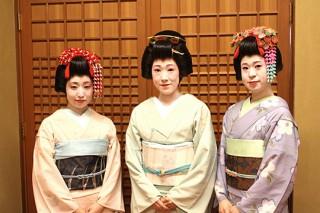 新人芸妓(左から 小町さん・真琴さん・ねね子さん)