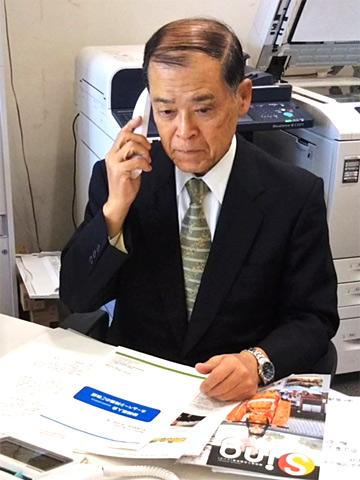 オフィスにて電話で新規開拓中