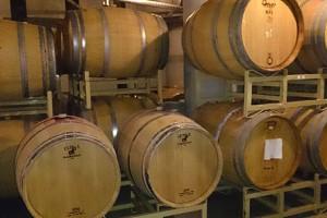 ワインが眠る樽熟庫