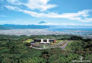 緑豊かな日本平自然公園の中に建つ