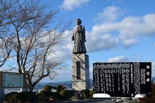 隊長・中条景昭像と開拓記念碑