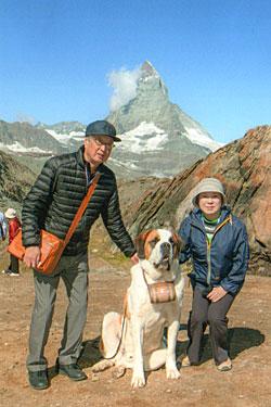 スイスアルプス3名峰の一つマッターホルンをバックにセントバーナード犬ラッキー君と